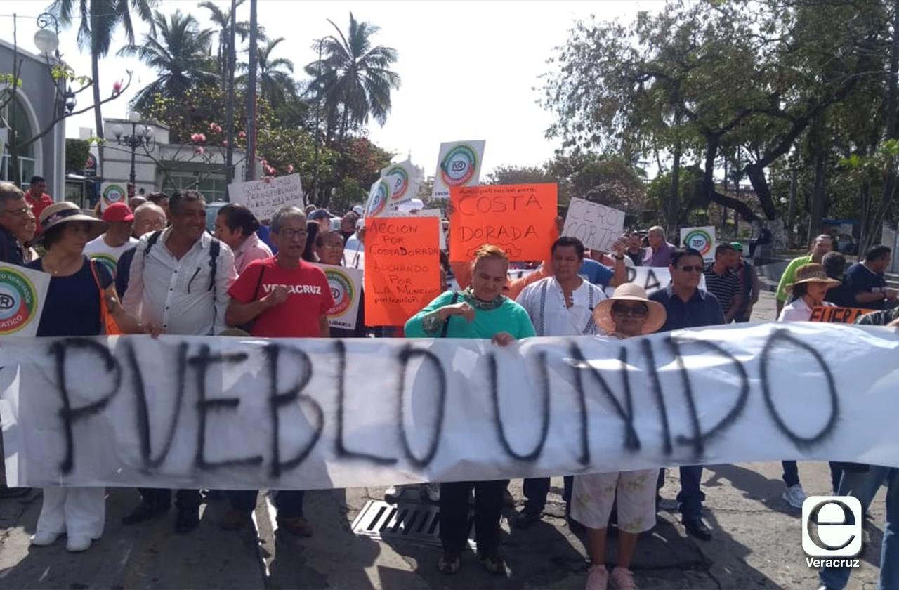 Con protesta, exhiben altas tarifas de luz, agua y parquímetros en Veracruz