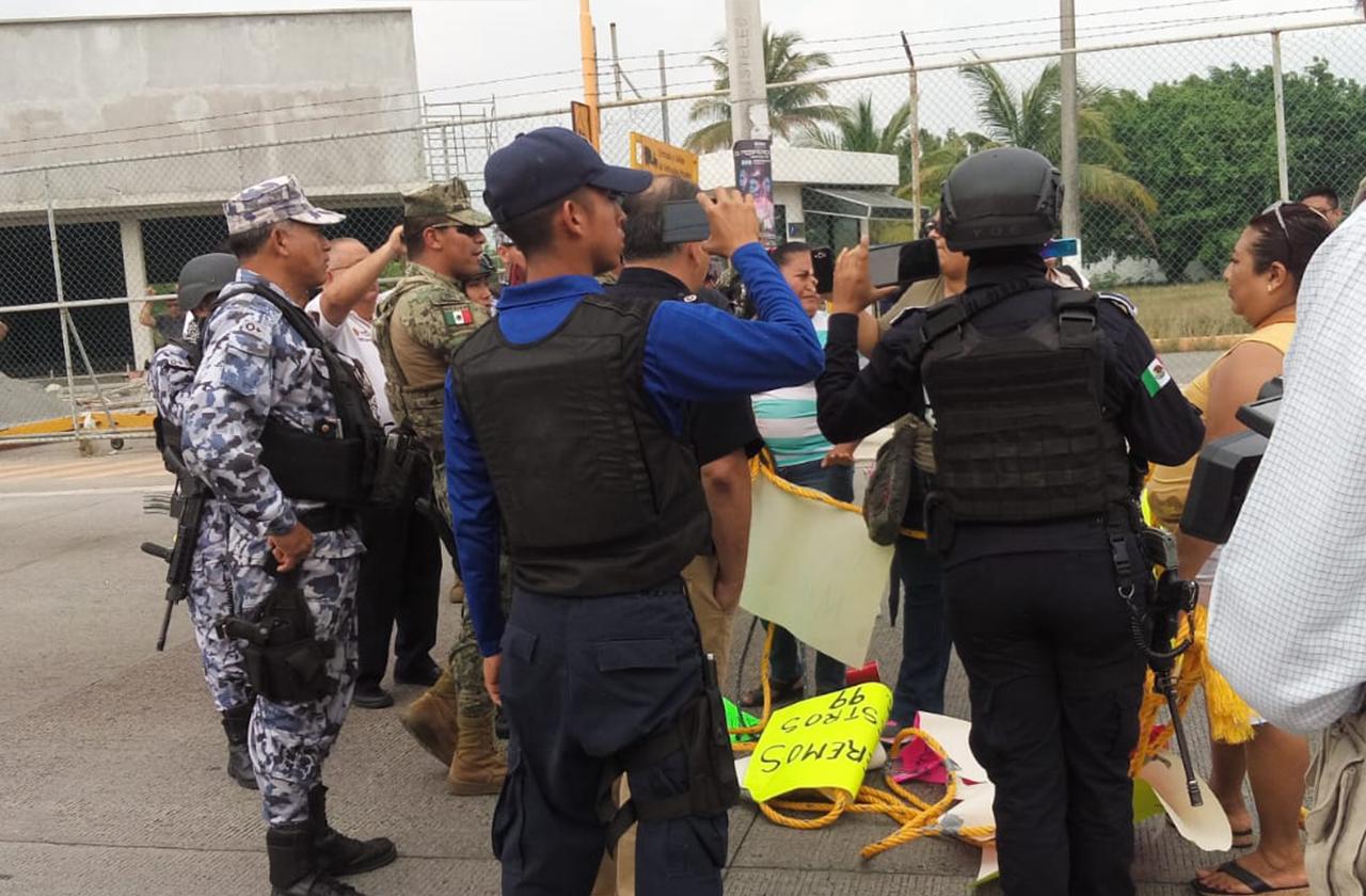 Antimotines desaloja a padres de familia que exigían maestros, en puerto de Veracruz