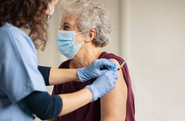 Van vacunados contra covid 4 de cada 100 adultos mayores en México