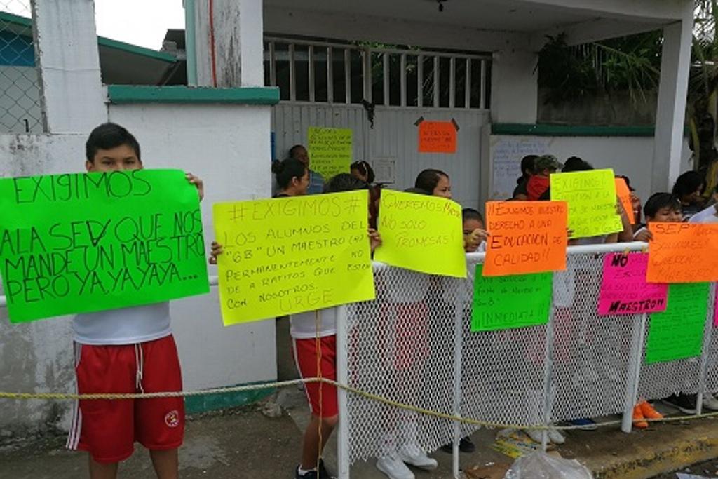 Exigen maestro para alumnos de sexto grado en escuela de Veracruz