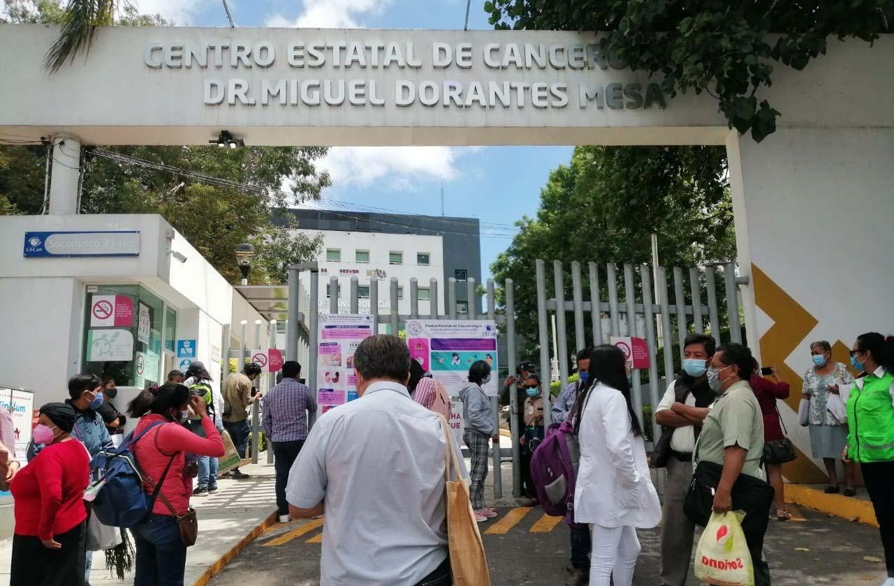 Tras desalojo del Cecan, pacientes toman 'quimios' en jardineras