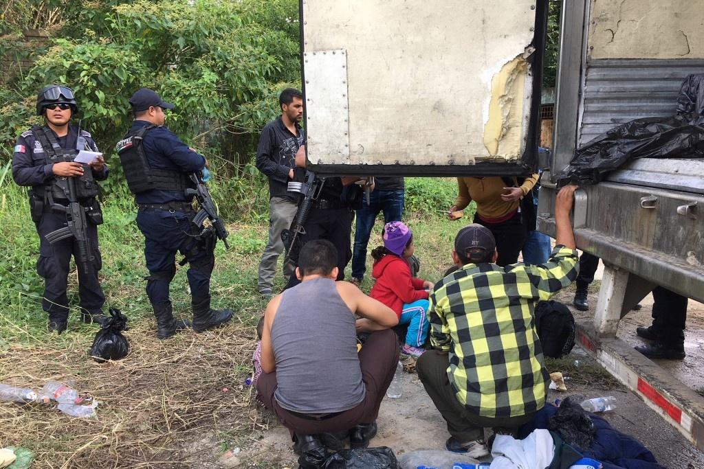 Localizan 150 migrantes hacinados en tráiler en Agua Dulce