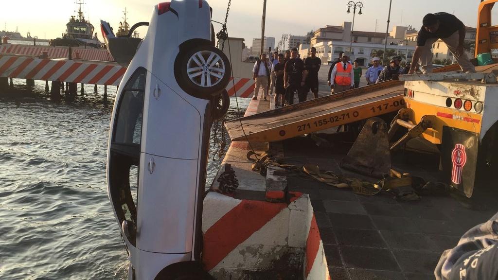 Jóvenes a bordo de un auto cayeron al mar en Veracruz