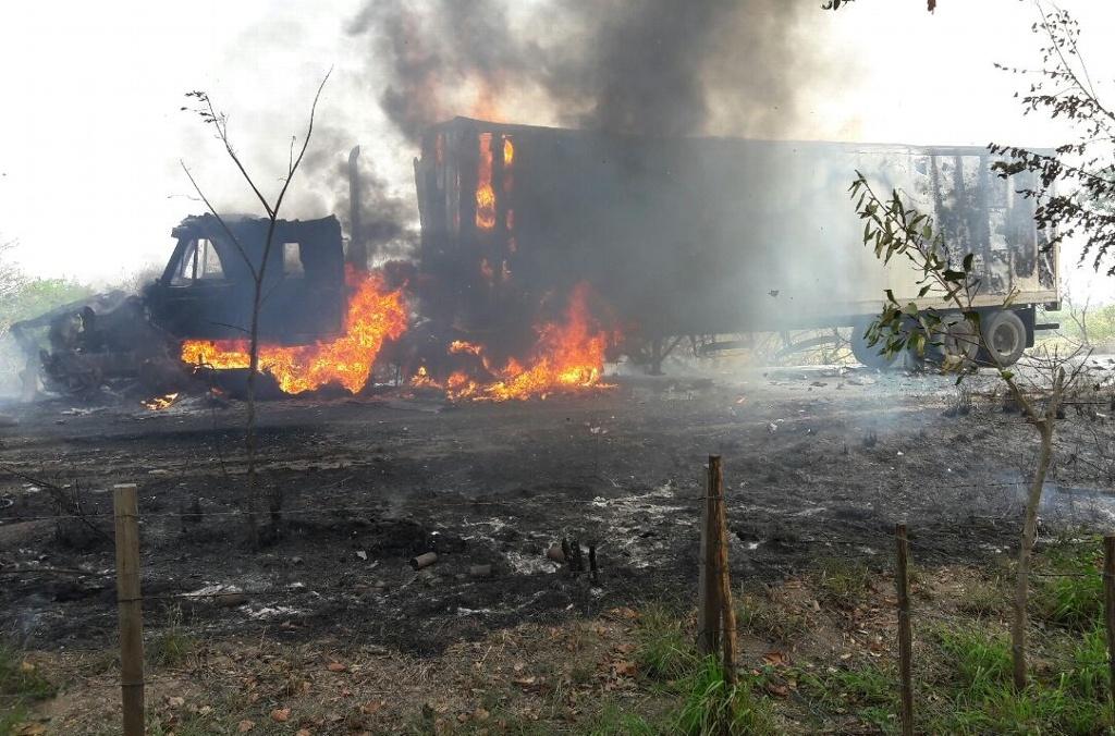 Se incendia tractocamión de la SEDESOL tras chocar con camión cervecero