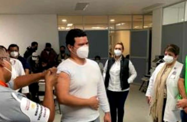 Enfermero recibió primero vacuna covid en el Puerto