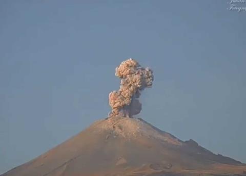 Captan fuerte explosión en el Popocatépetl