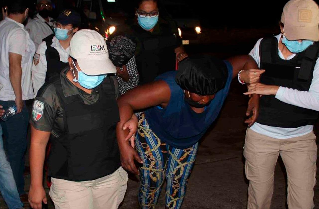 Con antimotines, detienen caravana de migrantes en Chiapas
