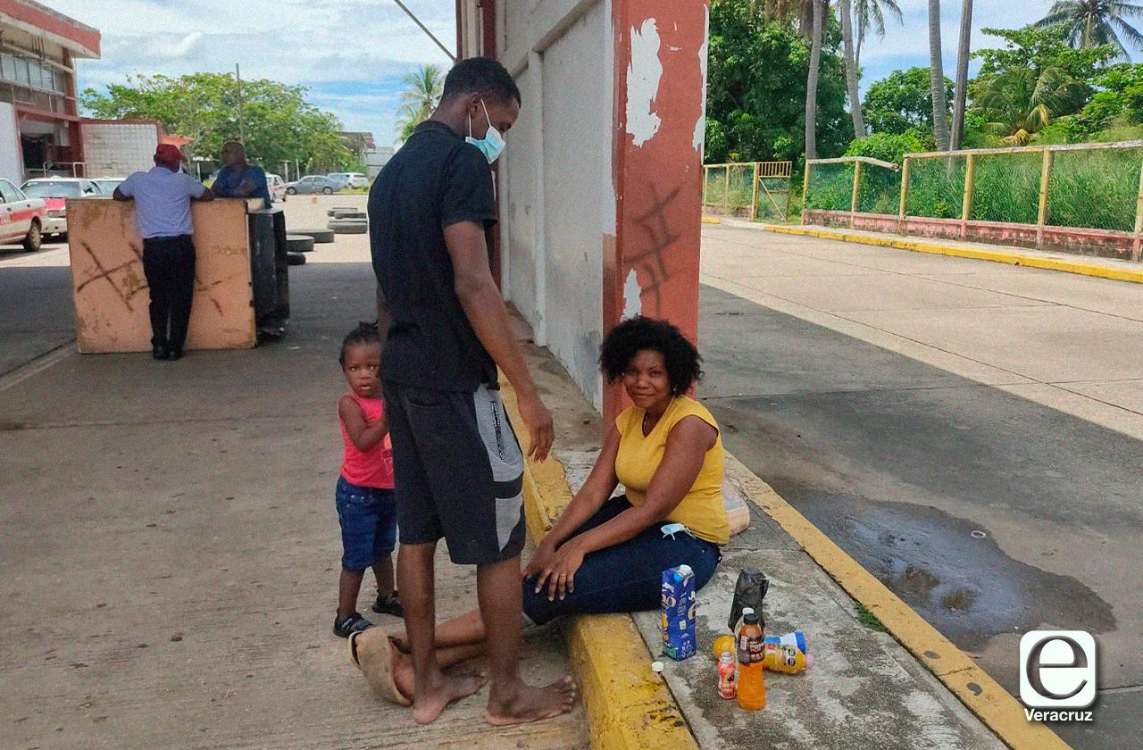En medio de redadas, familia de Haití cruza Veracruz en ADO