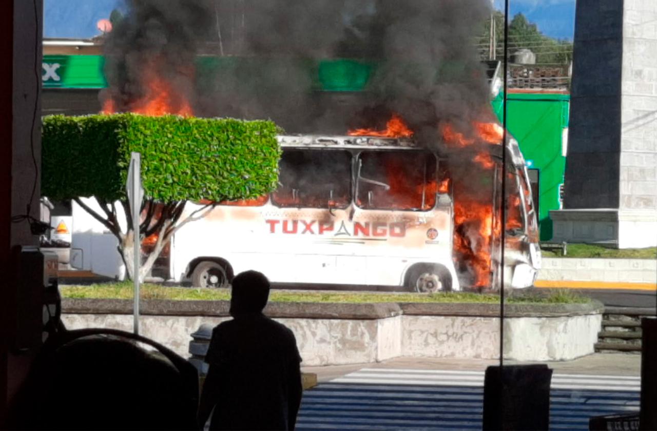 Se incendia autobus de Tuxpango frente a Chedraui en Orizaba