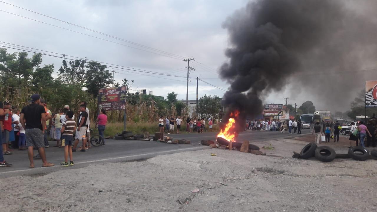 Tlapacoyan: Por 3 feminicidios en fin de semana, pobladores bloquean carretera
