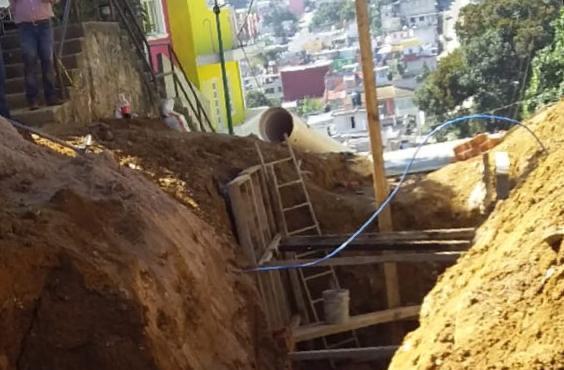 Trabajador muere sepultado por alud mientras reparaba drenaje, en Xalapa