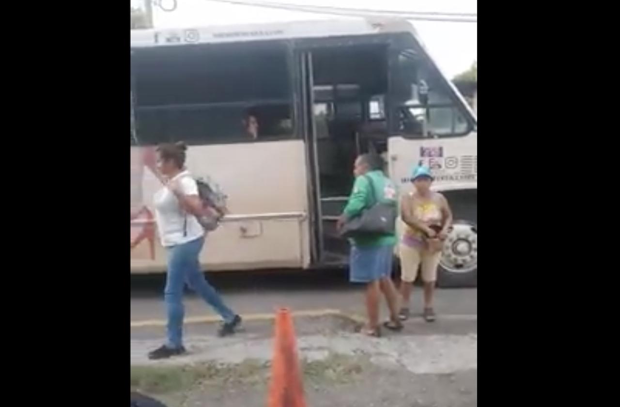 A punta de pistola, roban a pasajeros de camión en Medellín