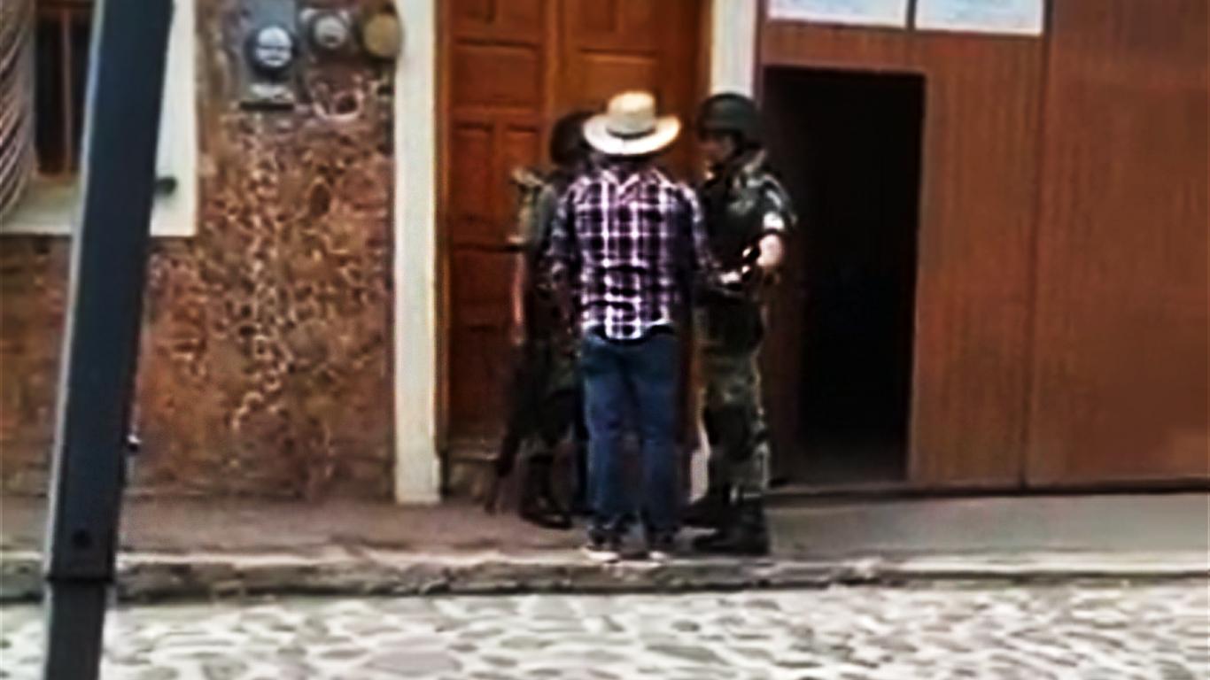 VIDEO | 3 elementos de la Guardia Nacional se embriagan durante feria de Xico