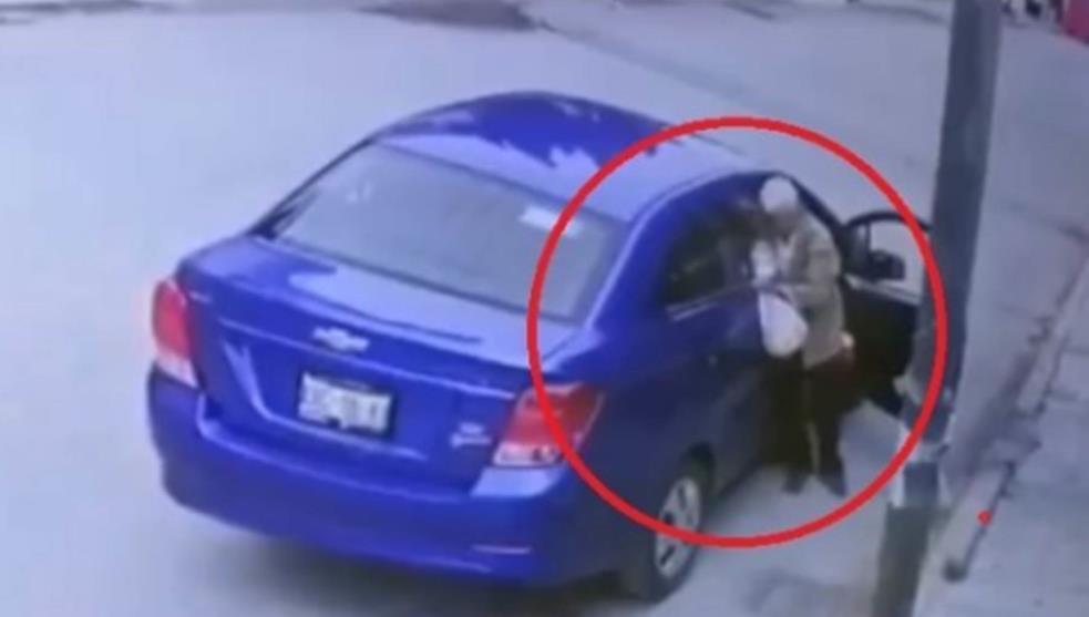 Video: Como a mascota, abandonan a ancianito en vía pública