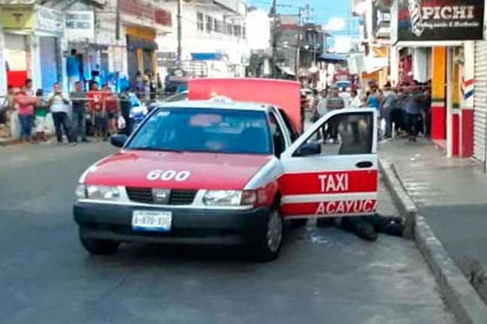 Dos muertos y un niño herido de gravedad tras ataque a taxi en Acayucan