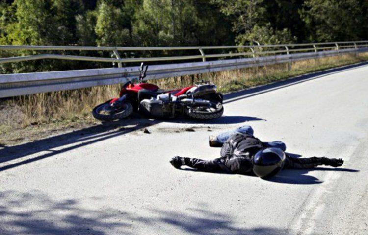 Muere piloto - de 20 años- de motocicleta al estrellarse contra una camioneta
