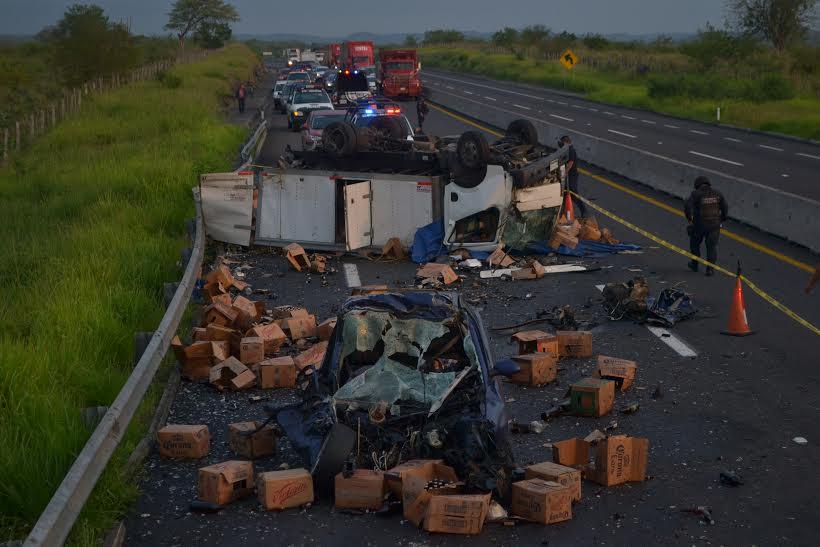 Dos muertos en accidente automovil stico en la xalapa for Universidades en xalapa