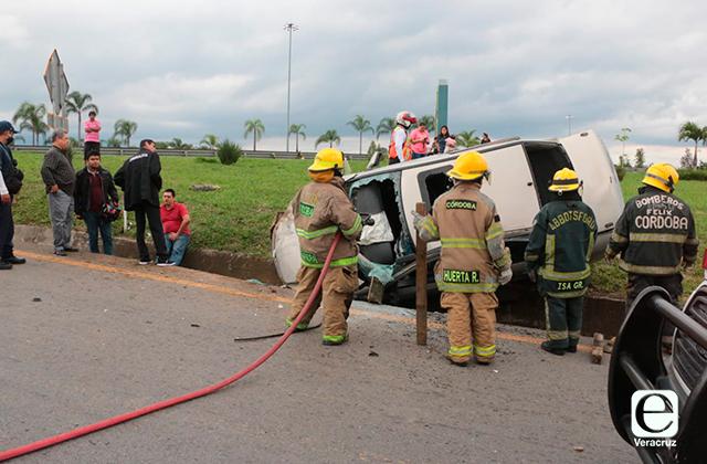Se lesionan padre e hija de 10 años en accidente vial