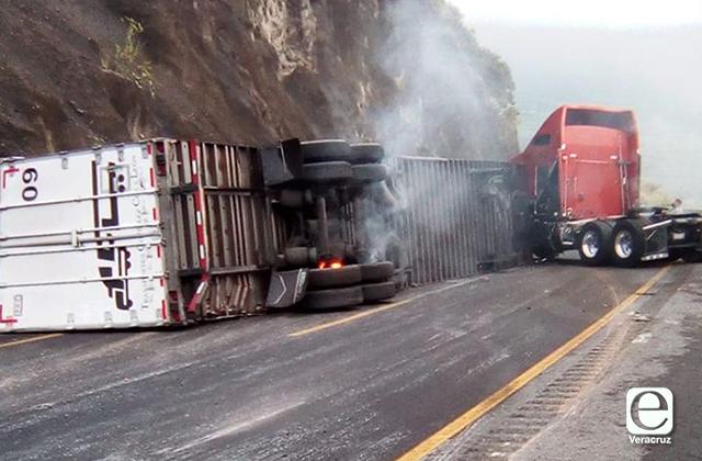 Tráiler queda tendido en la Puebla-Veracruz al perder frenos