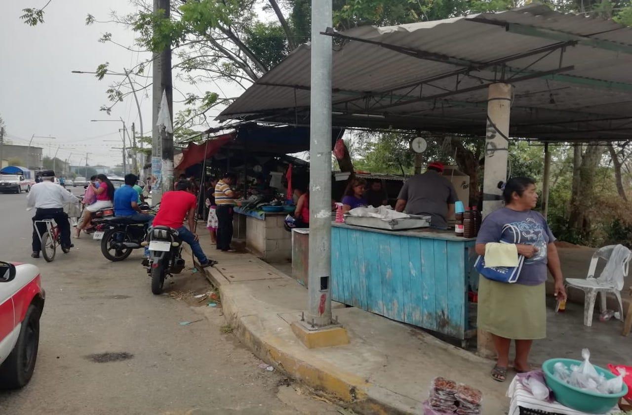 Acusan que autoridades persiguen a comerciantes de Oteapan