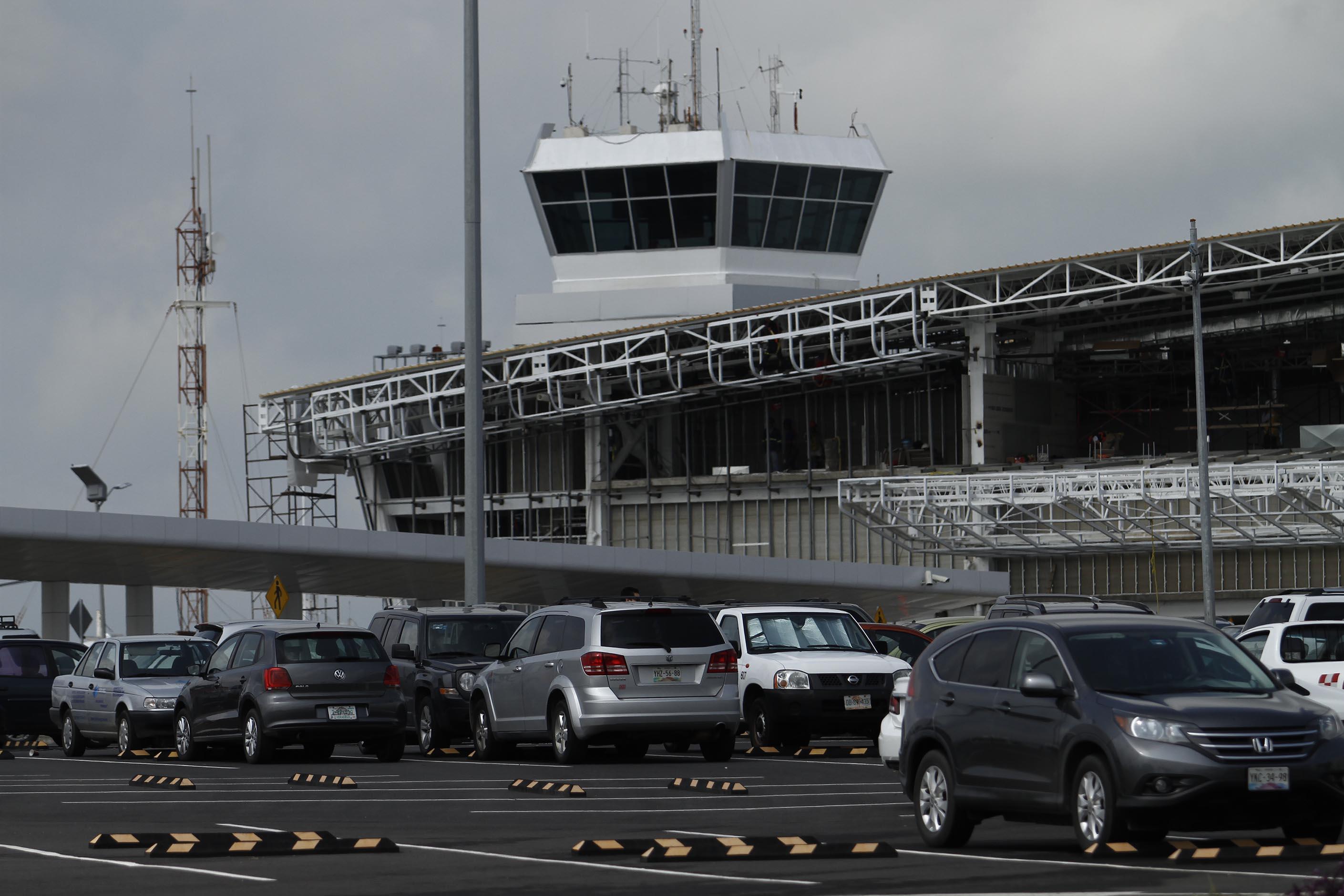 """Detectan 100 taxis """"piratas"""" en el aeropuerto de Veracruz"""