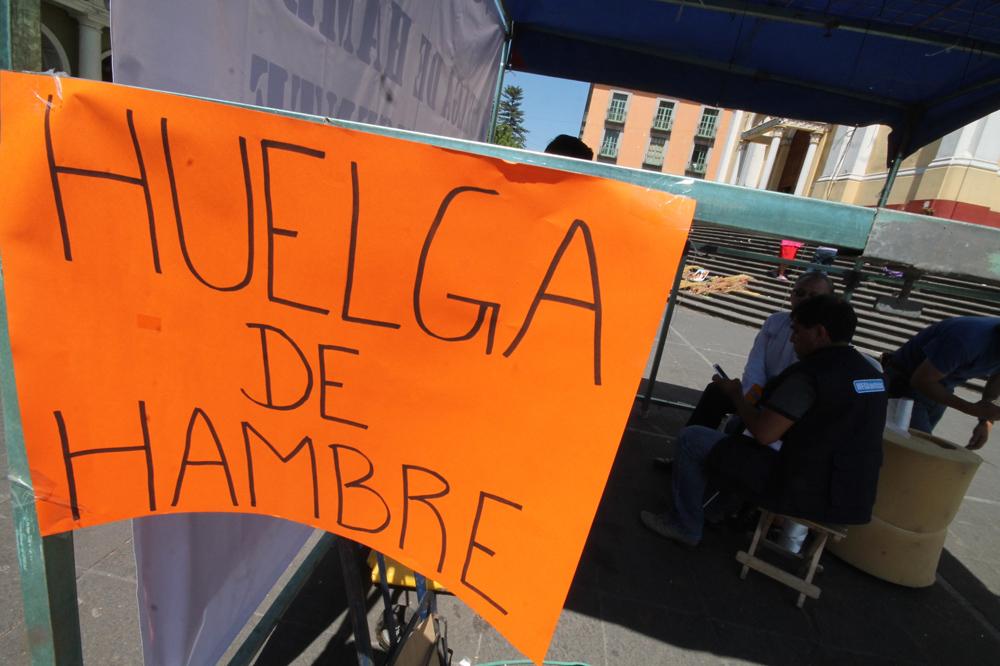 Maestro en huelga de hambre frente a Palacio de Gobierno