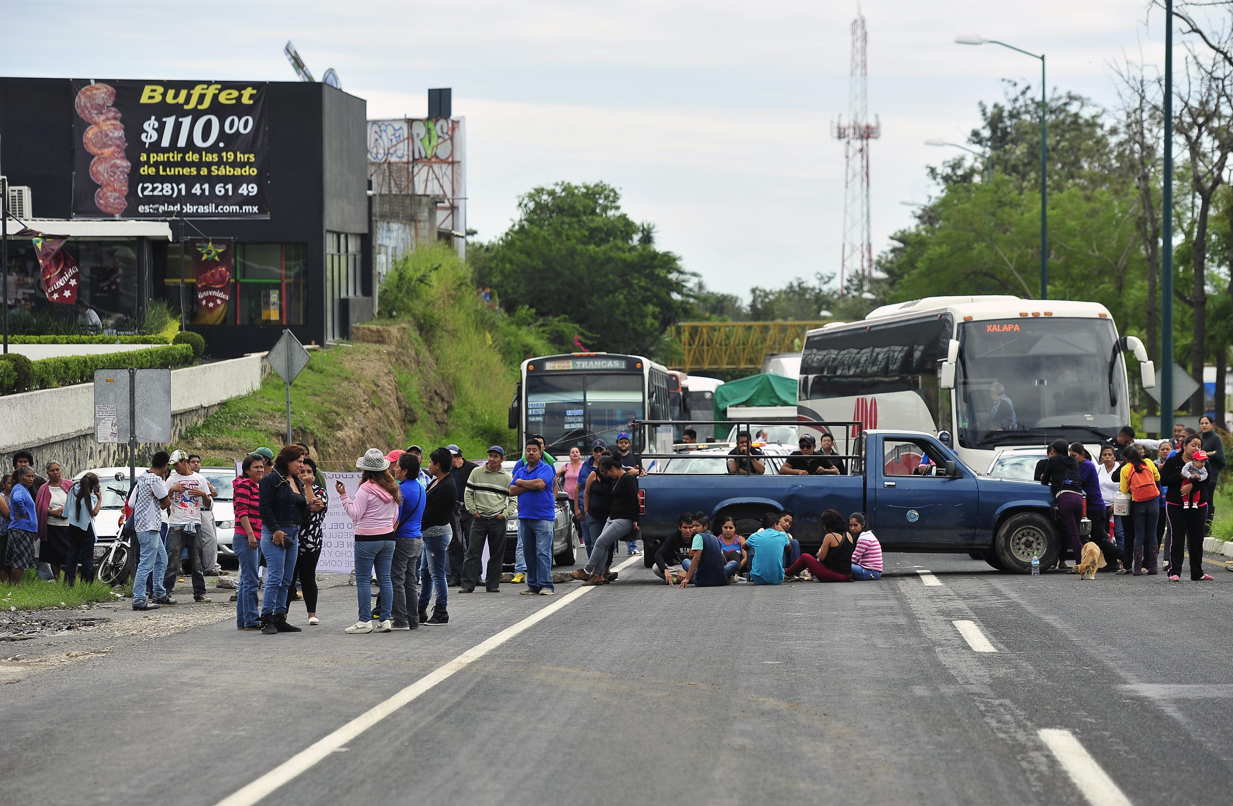 Campesinos bloquean Centro de Xalapa la carretera federal