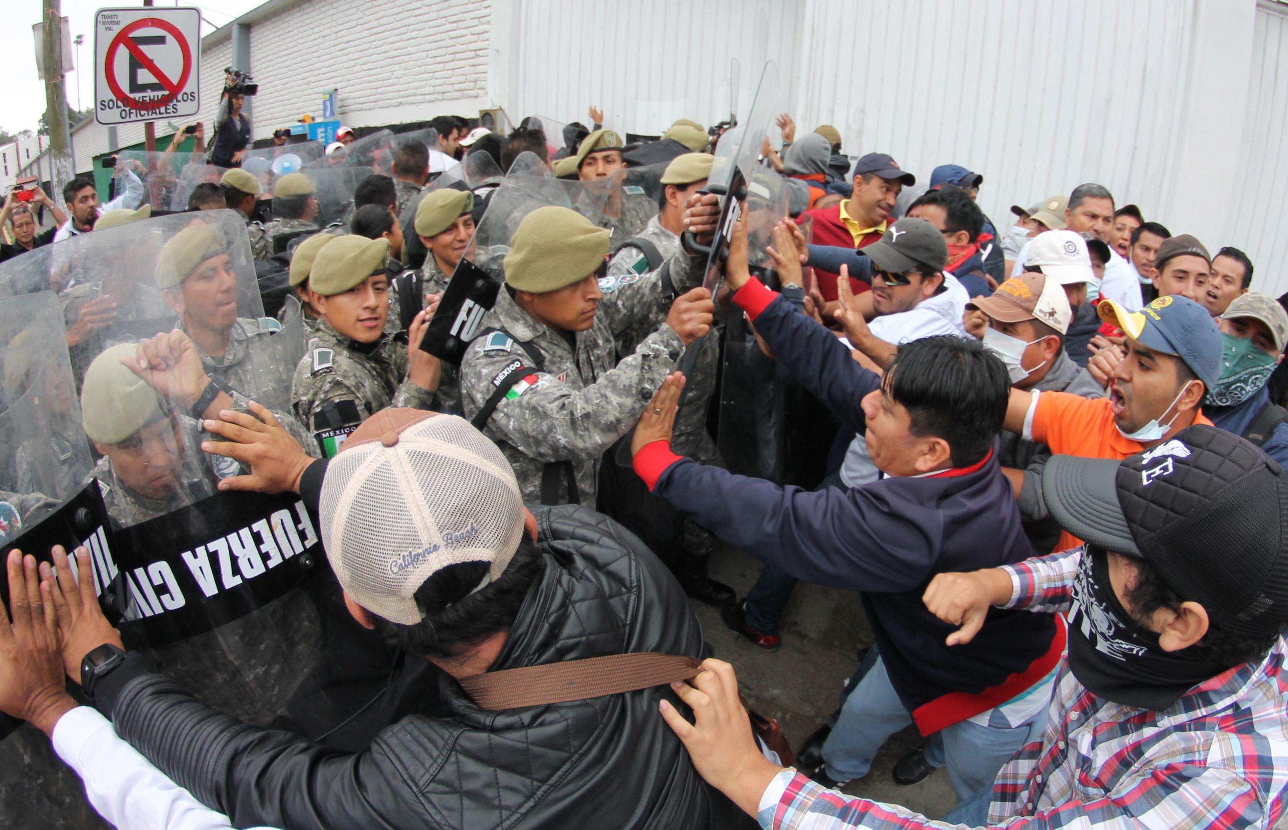 Fuerza Civil arremete contra maestros durante evaluación