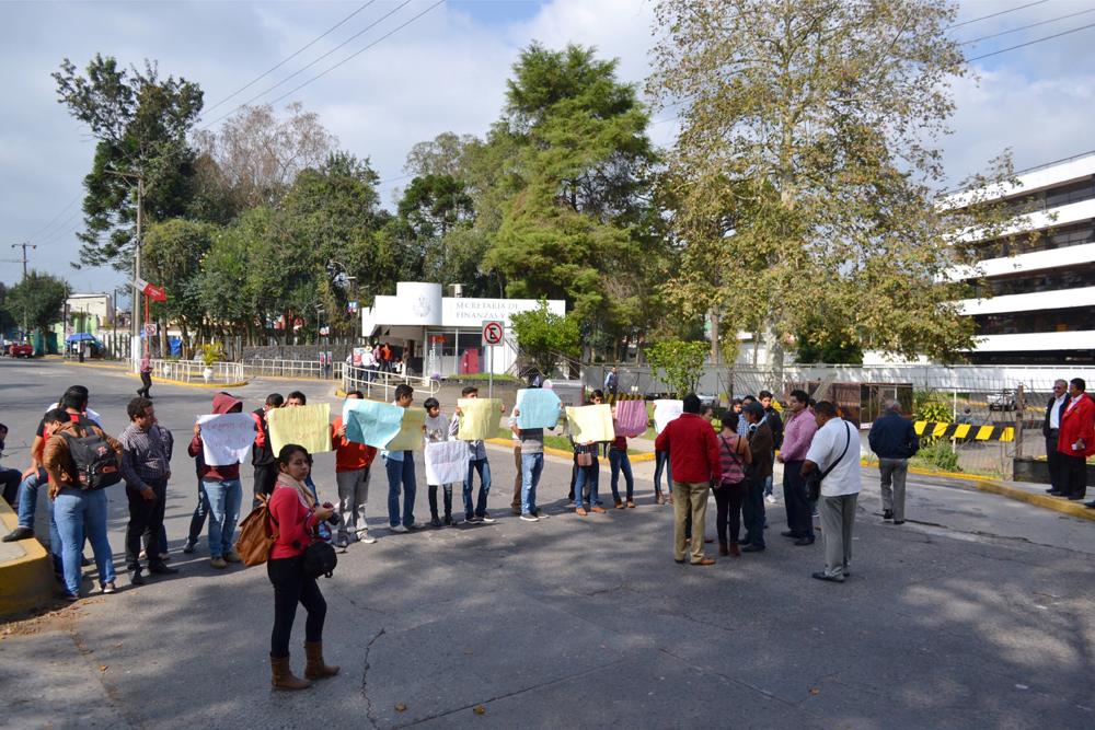 Normalistas de Tuxpan anuncian manifestaciones si no pagan sus becas