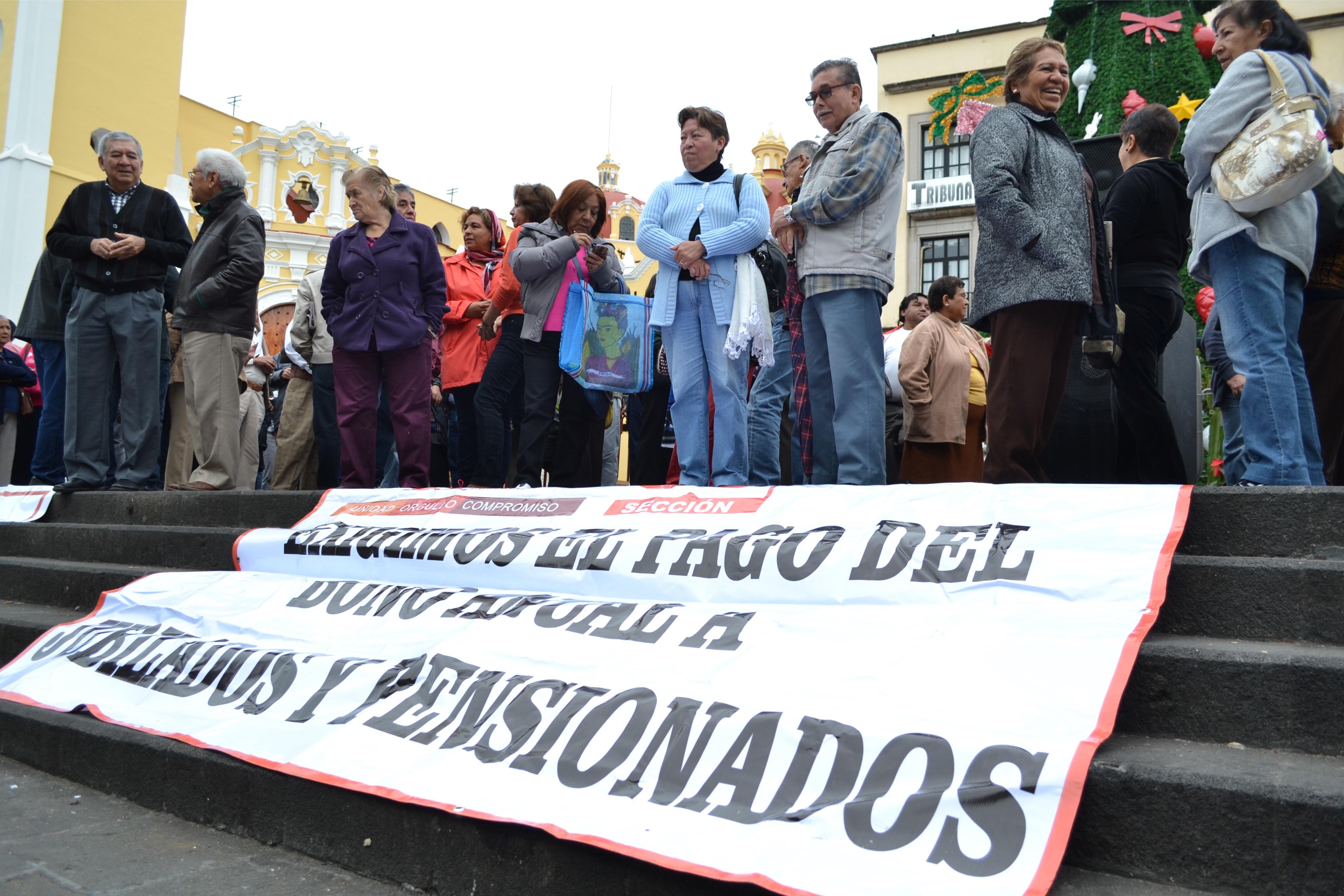 Maestros jubilados denuncian adeudos del IPE por 74 mdp