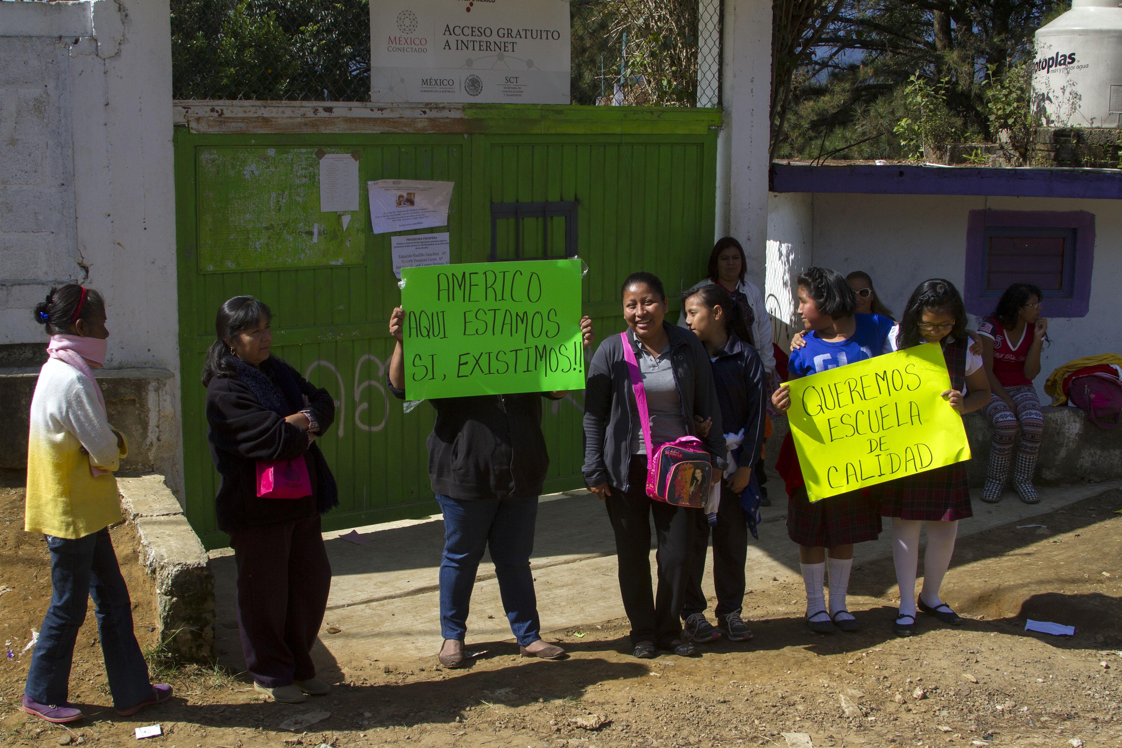 Padres de familia exigen escrituras para escuela primaria