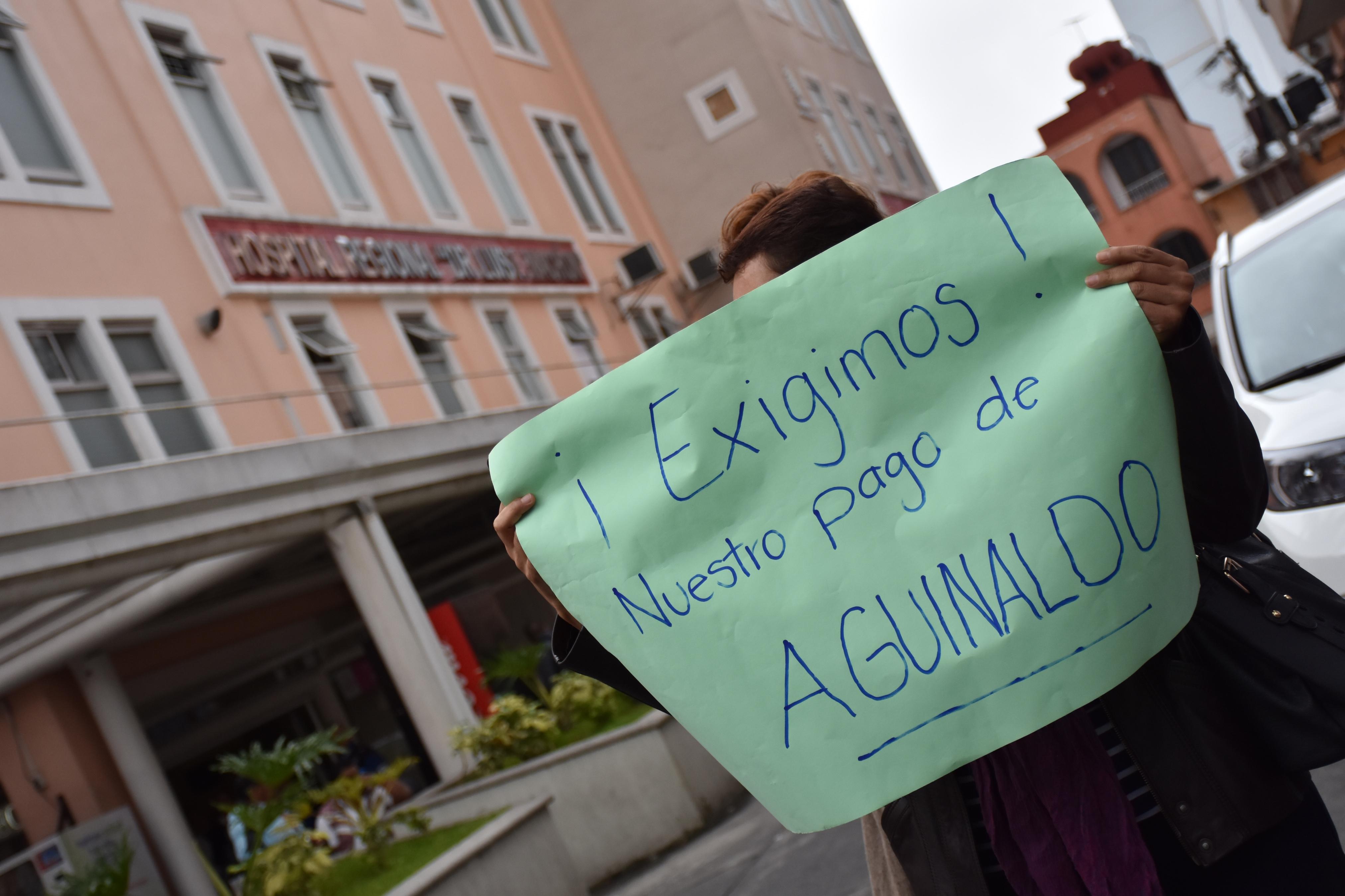 Trabajadores del Hospital Civil exigen pago de aguinaldo