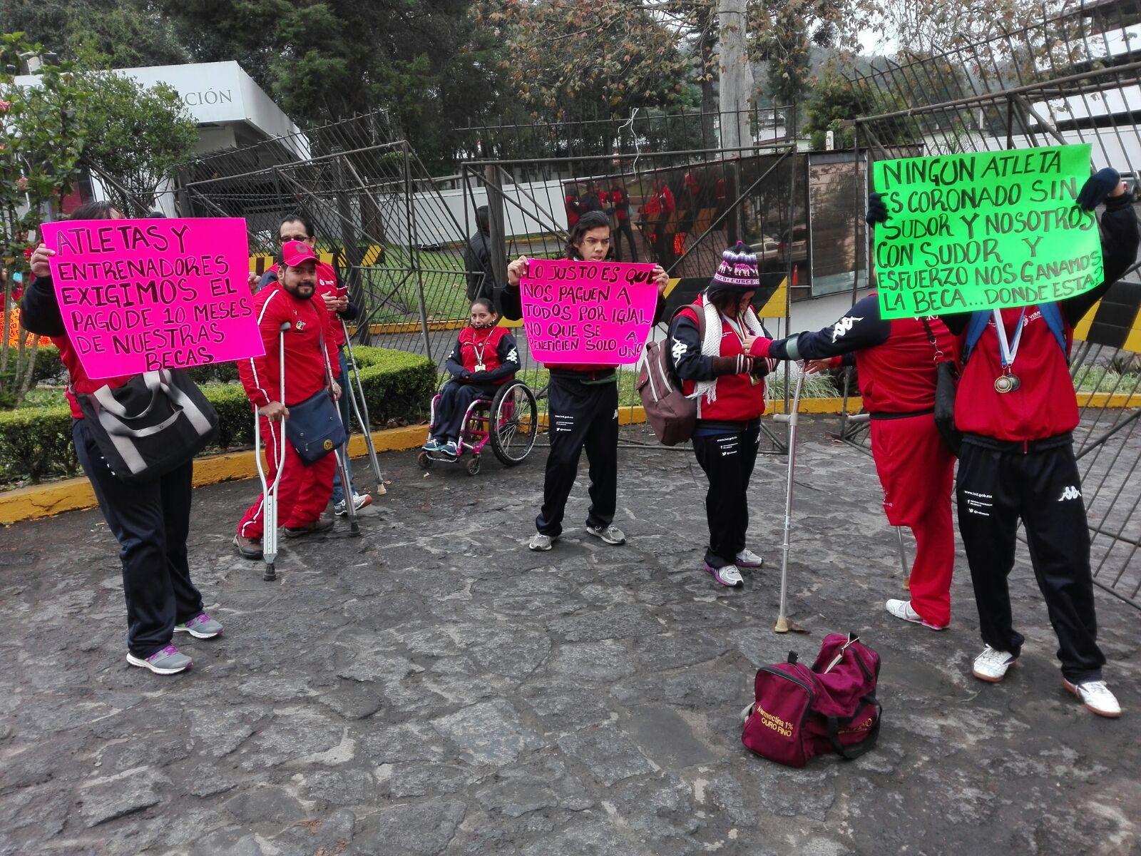 Deportistas sobre sillas de ruedas exigen sus becas en Sefiplan