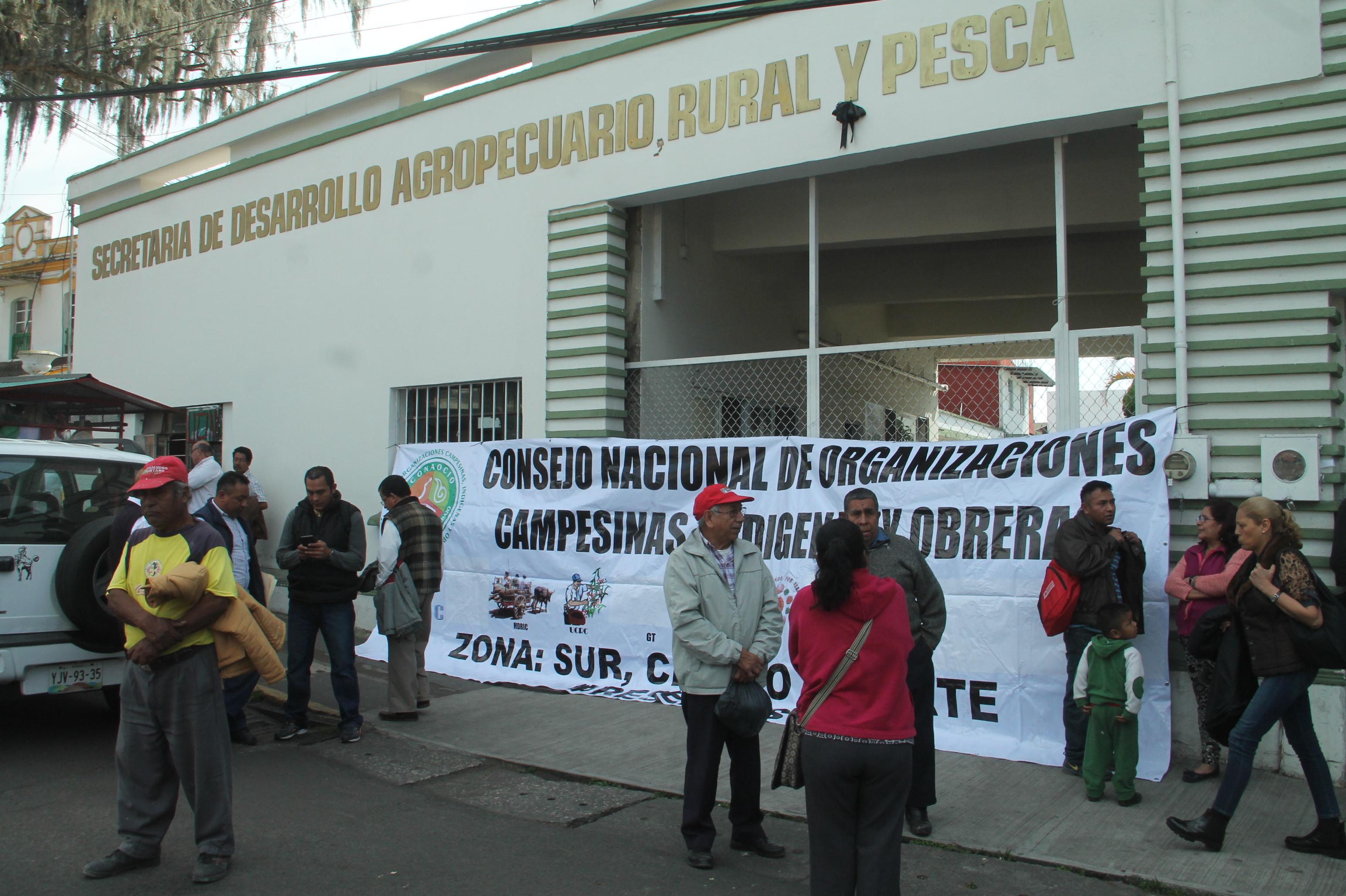 Campesinos toman instalaciones de la Sedarpa