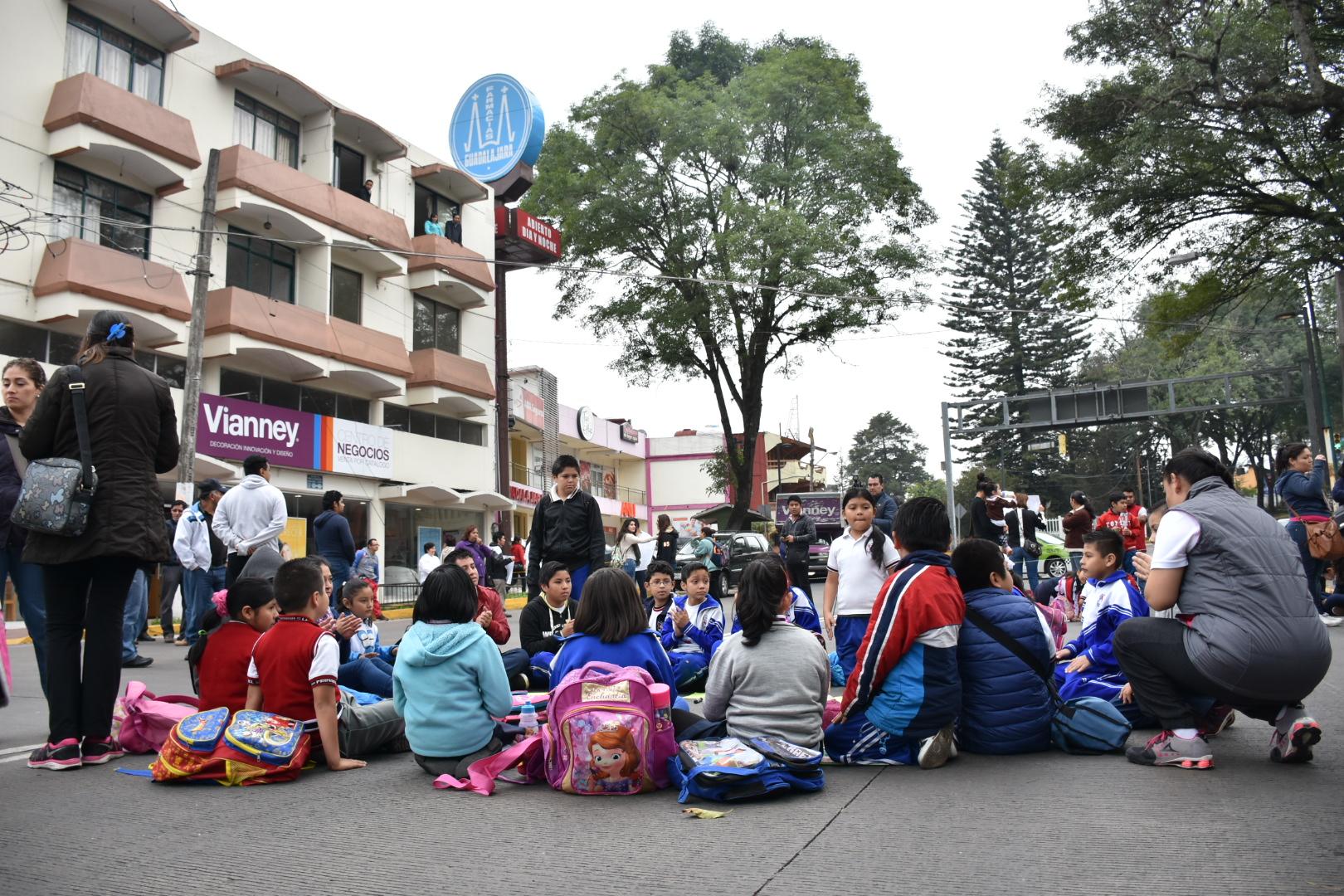 Toman clases en la calle para exigir escuela