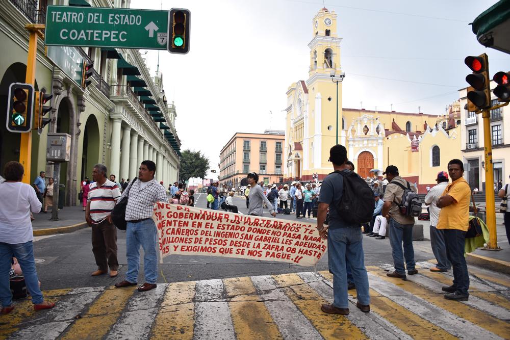 Cañeros de ingenio San Gabriel bloquean vialidad en Xalapa