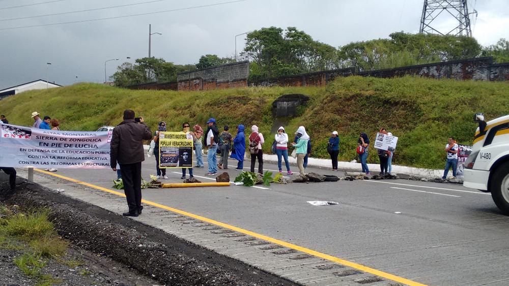 Maestros bloquean la autopista Veracruz-Puebla