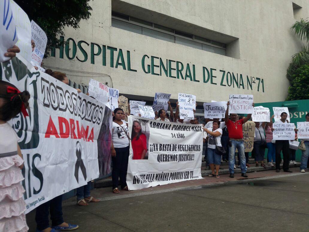 Protestan por presunta negligencia en el IMSS de Veracruz