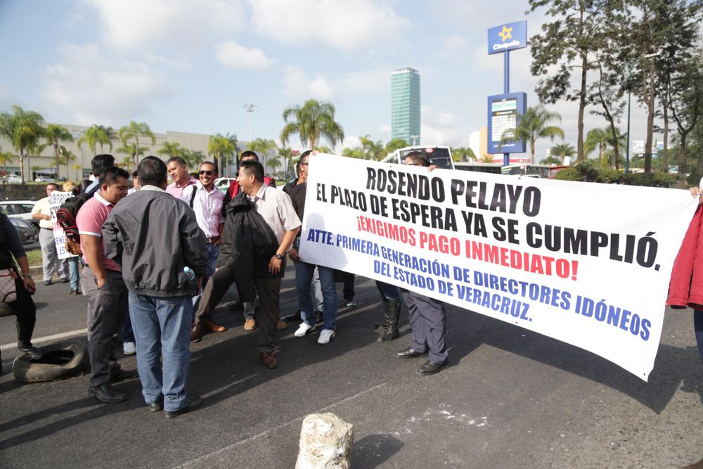 Maestros bloquean carretera Xalapa-Veracruz por falta de pago