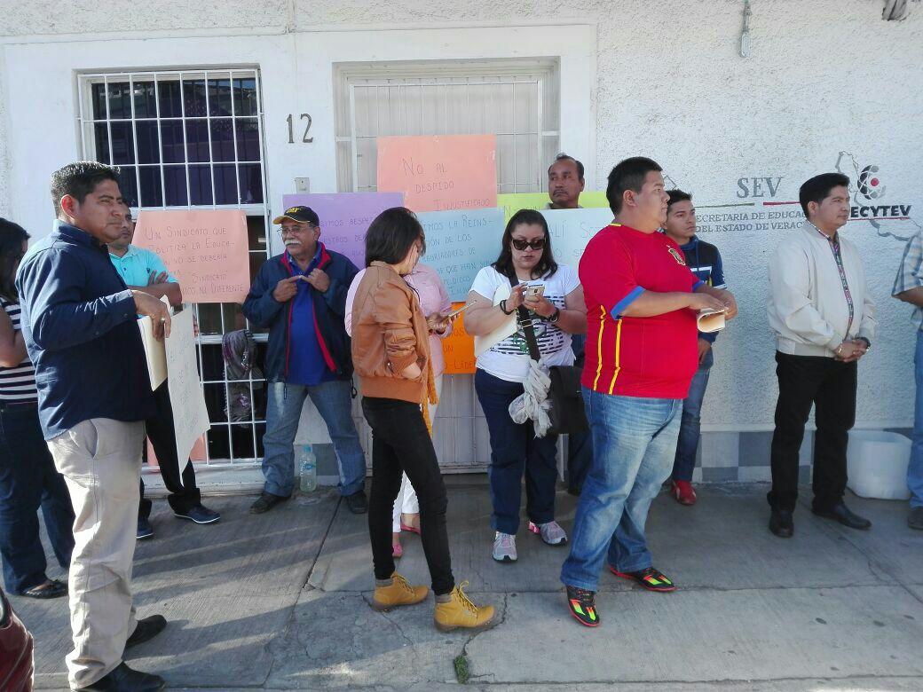 Piden reinstalación de 12 empleados en el Cecytev