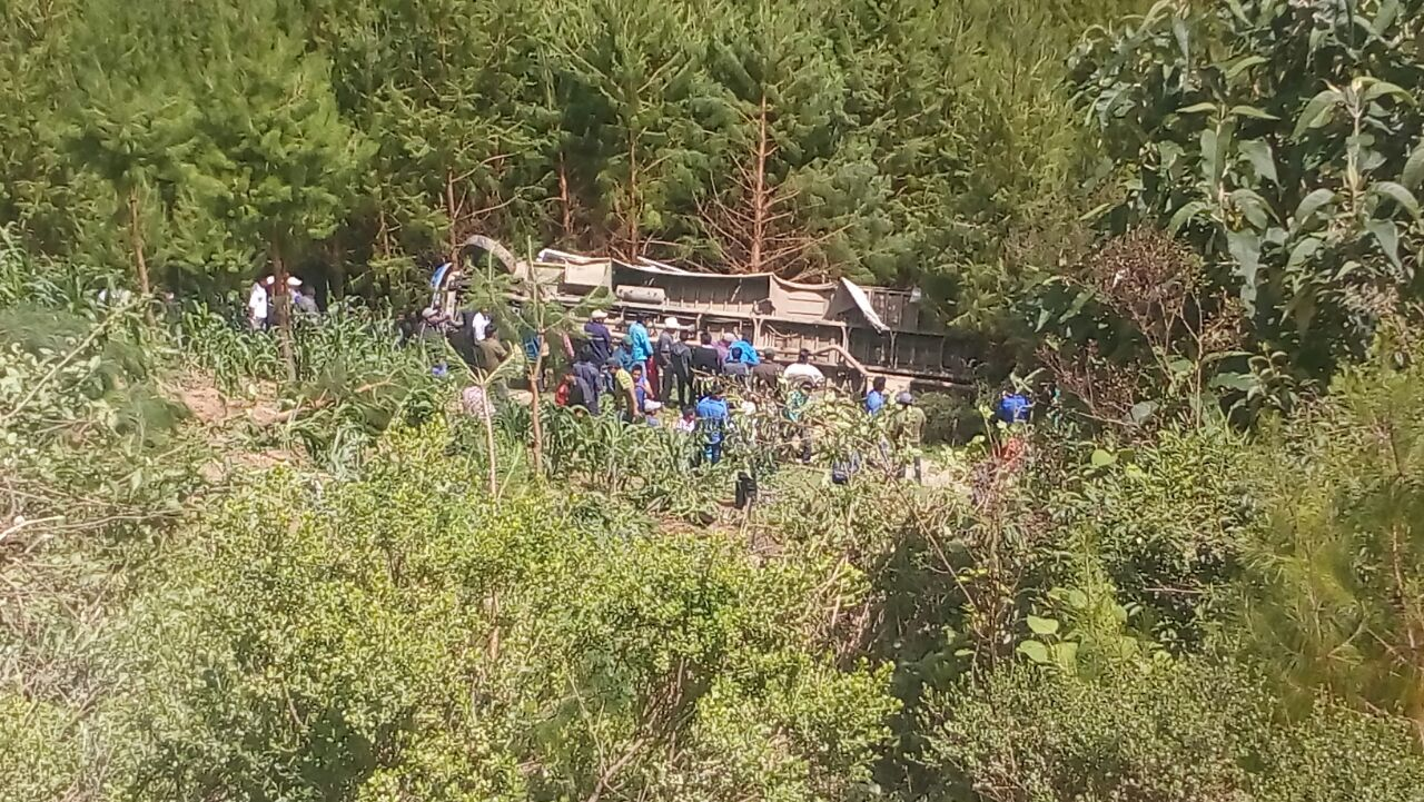 Un muerto al caer autobús a barranco en Soledad Atzompa