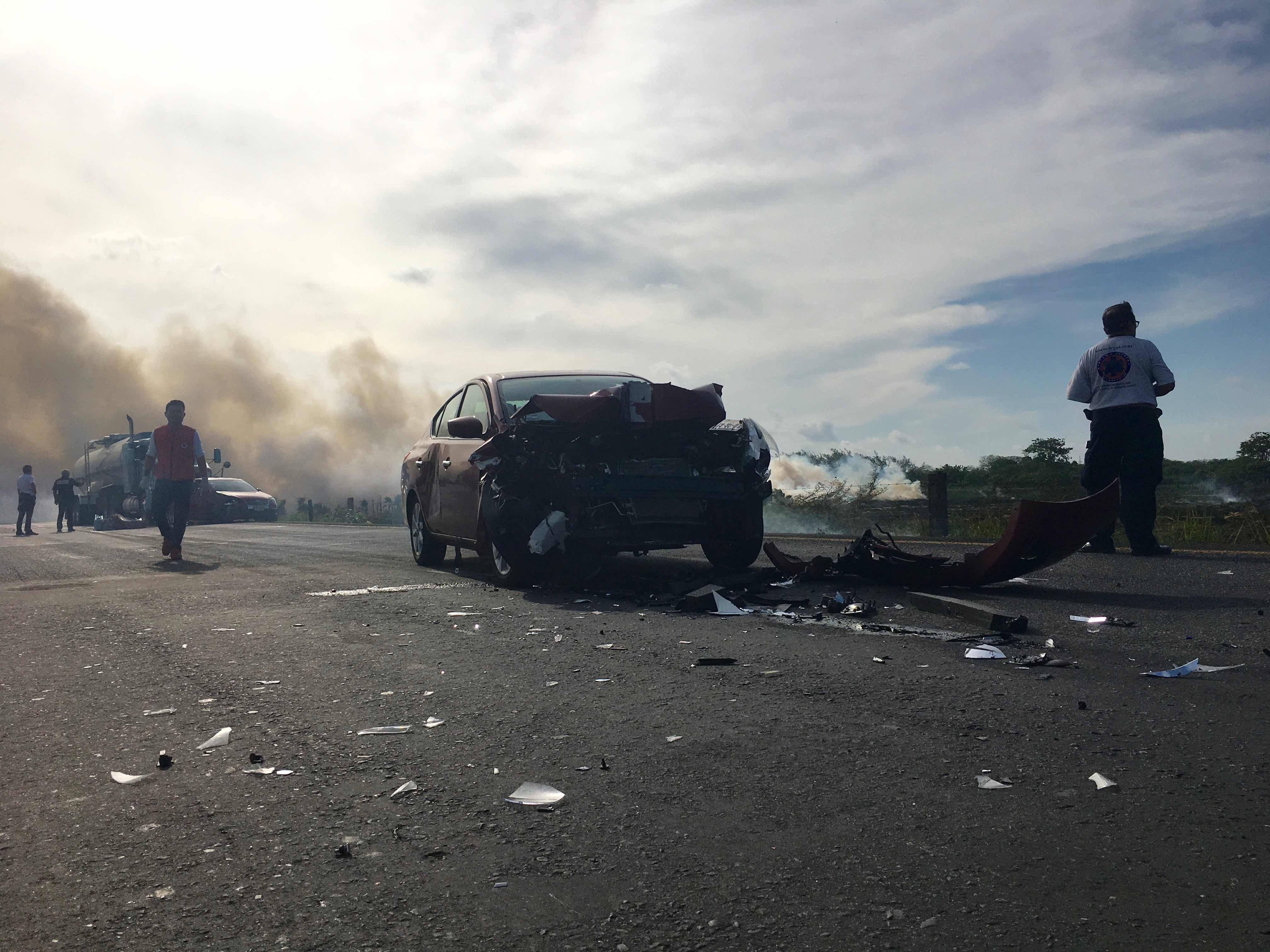 Incendio de pastizales provoca carambola y cierre de la Costera