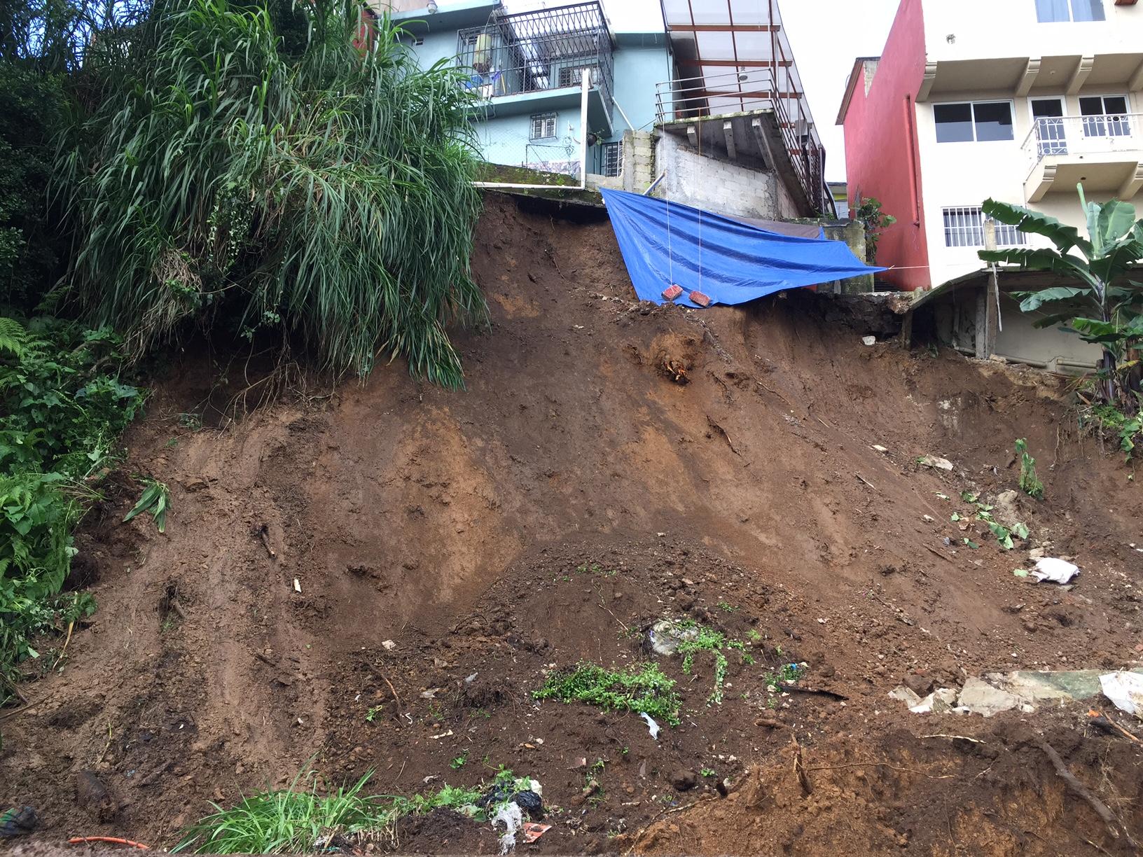 Riesgo de derrumbe en cerro de la colonia Salud en Xalapa