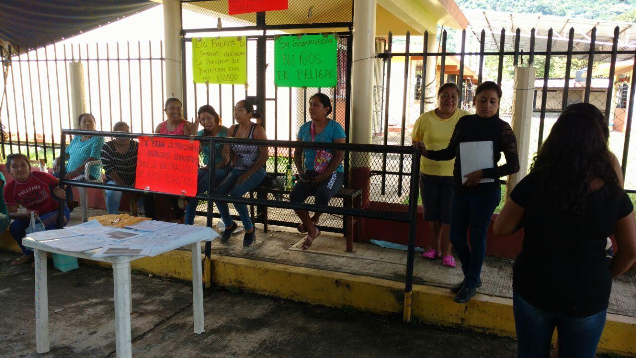 Padres de familia exigen reparación de escuelas en Veracruz