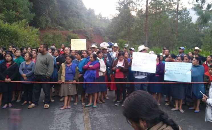Bloquean carretera en Zongolica para exigir maestros