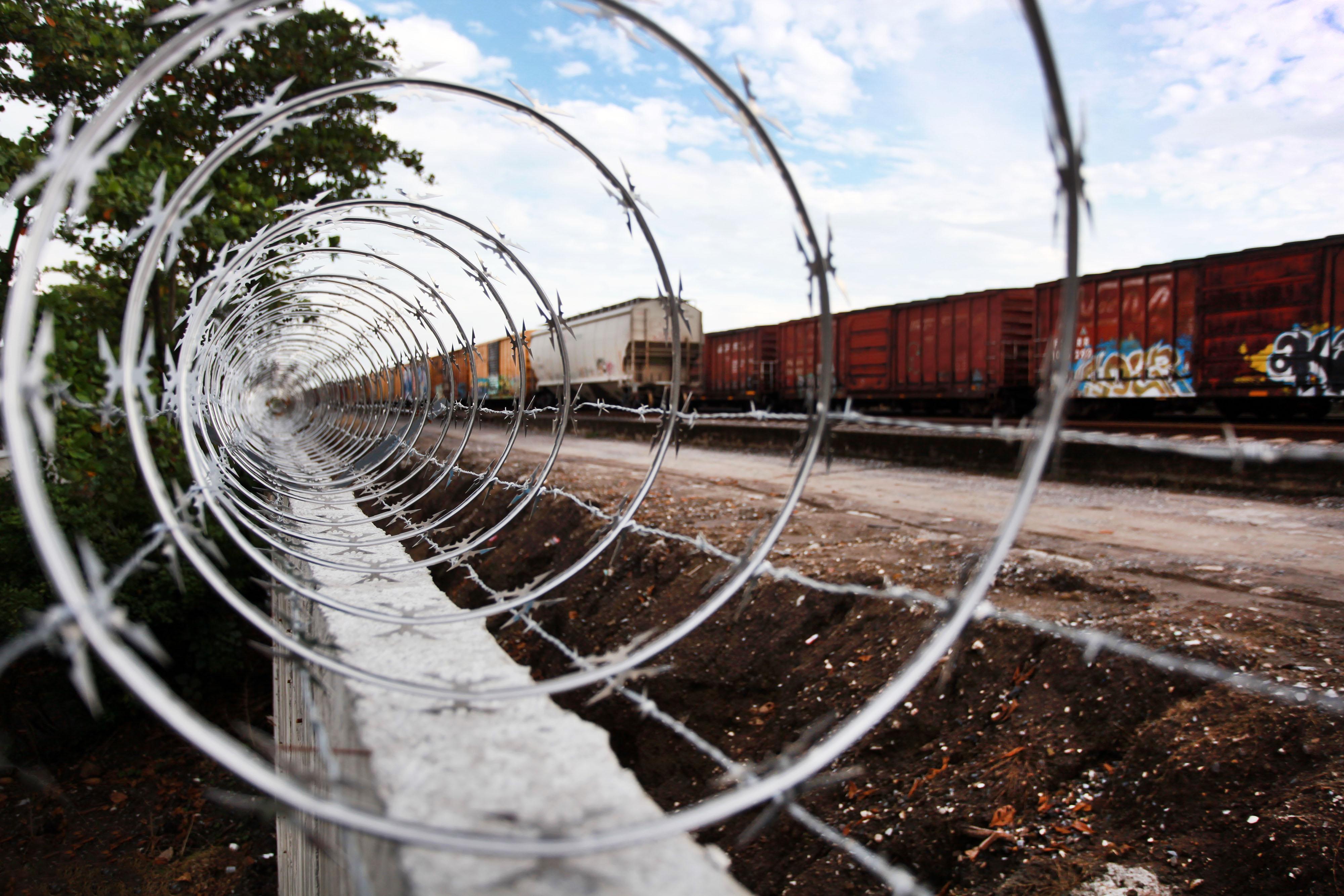 Bloquean paso de migrantes en Veracruz con muro de concreto