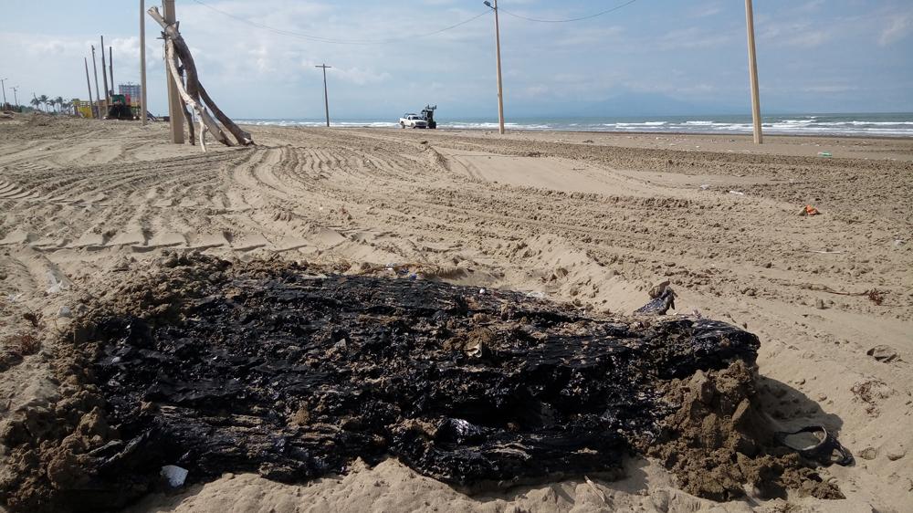 Aparecen más restos de hidrocarburo en playas de Coatzacoalcos