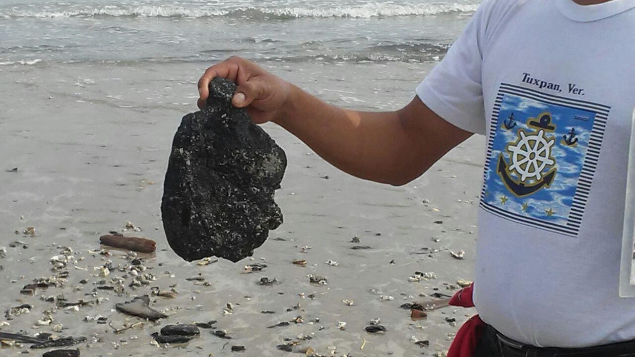 Aparecen manchas de chapopote en playas de Tuxpan