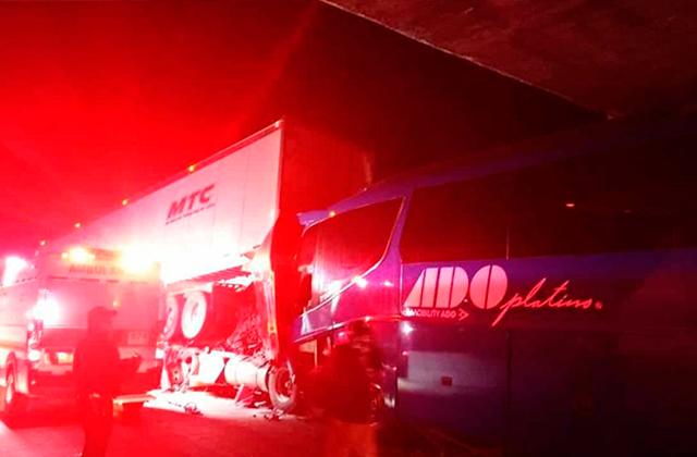 ADO choca contra tráiler en la Orizaba-Puebla, hay 15 lesionados