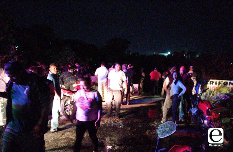 En auto, mujer cae a canal de aguas negras en Río Medio